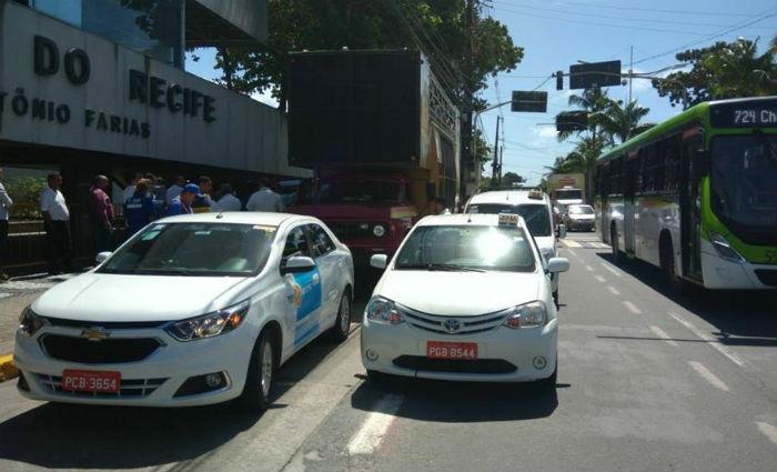 Taxistas fazem carreata contra Táxi Metropolitano e Uber. Foto: Tatiana Ferreira/ DP