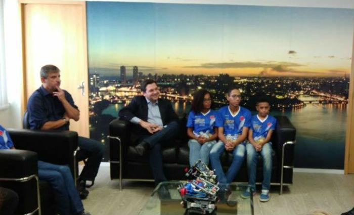 Equipe de robótica recebe kits antes de disputar mundial Foto: Tatiana Ferreira/ Esp. DP