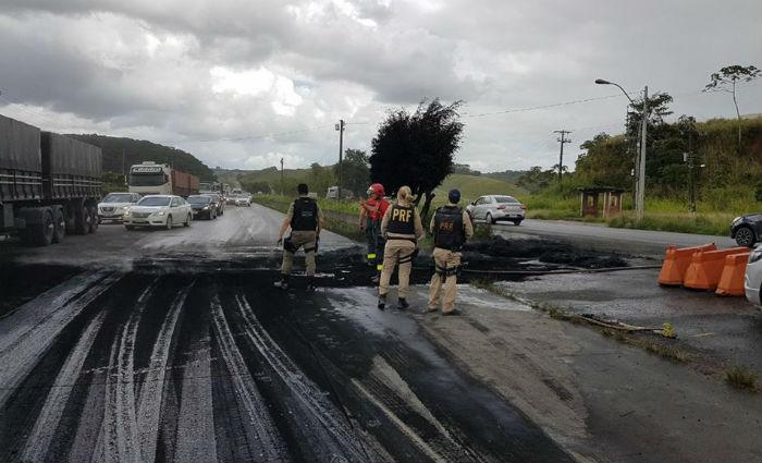 Moradores de Moreno fecham a BR-232 em protesto contra violência. Foto: PRF/ Divulgação