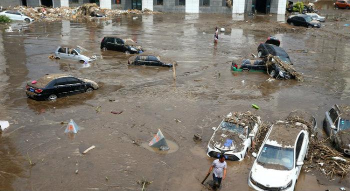 Rua inundada em Yongji, na província de Jilin, nordeste da China. Foto: AFP
