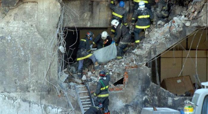 Bombeiros no local do acidente, em 2007: 199 mortos. Foto: Valter Campanato/Abr