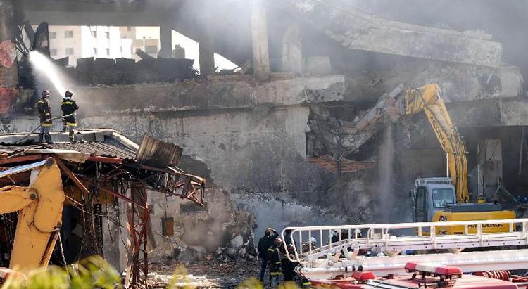 Bombeiros resfriam a estrutura do prédio da TAM atingido pelo vôo 3054 com jatos d'água: local virou memorial cinco anos após tragédia. Foto: Valter Campanato/Abr