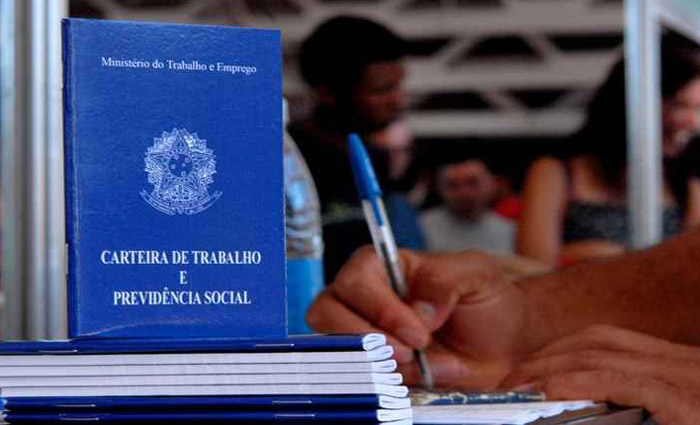 Assinaturas de carteira de trabalho. Foto: Marcelo Casal/Agência Brasil (Assinaturas de carteira de trabalho. Foto: Marcelo Casal/Agência Brasil)