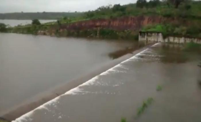 Resultado de imagem para barragem do cajueiro em garanhuns está vertendo