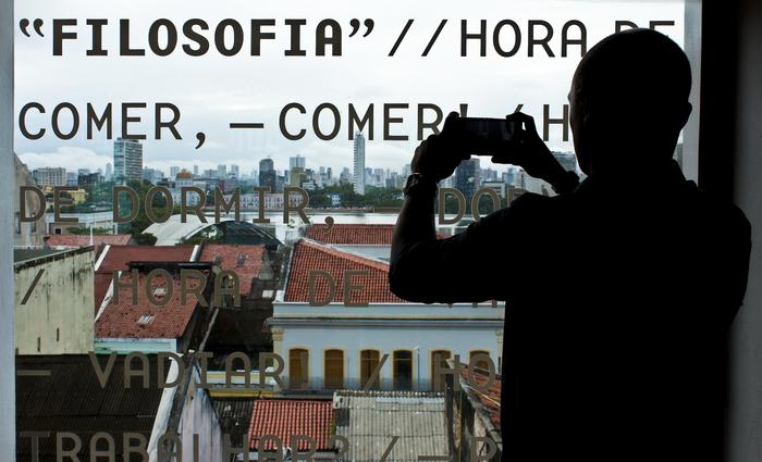 Para 43% dos brasileiros, tirar fotos e postar nas redes sociais assim que chegam ao destino é prioridade. Foto: Brenda Alcântara/Esp.DP (Para 43% dos brasileiros, tirar fotos e postar nas redes sociais assim que chegam ao destino é prioridade. Foto: Brenda Alcântara/Esp.DP)