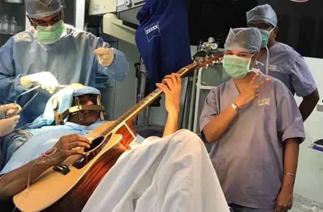 O resultado pode ser visto durante a operação, quando os dedos do paciente começaram a se mover normalmente. Foto: Facebook/Reprodução