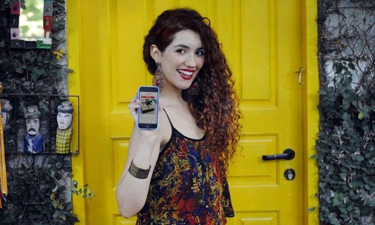 """Jéssica Behrens, criadora do aplicativo Tradr, apelidado de """"Tinder para produtos"""". Foto: Sofia Lima/Divulgação"""