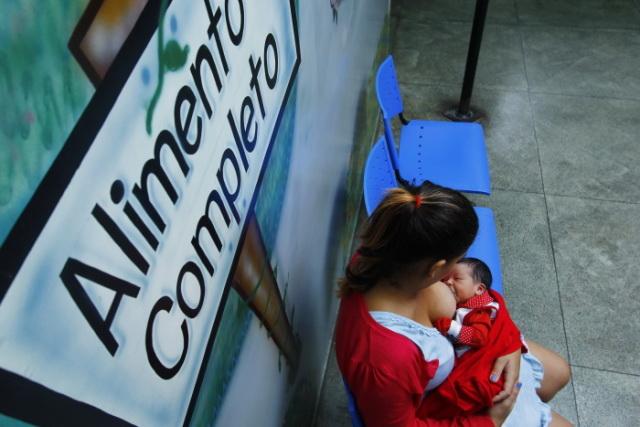 """Rômula Amorim teve dificuldades em amamentar a primeira filha, buscou apoio e hoje com a segunda filha conseguiu a """"pega"""" perfeita no primeiro dia de vida da criança. Crédito: Shilton Araujo/Esp.DP (Shilton Araujo/Esp.DP)"""