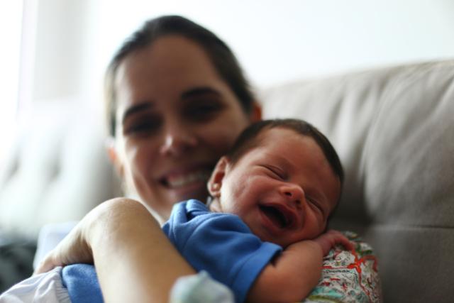 A técnica de enfermagem Isabelle Valente com o filho, logo depois de amamentar. Crédito: Peu Ricardo/DP (Crédito: Peu Ricardo/DP)