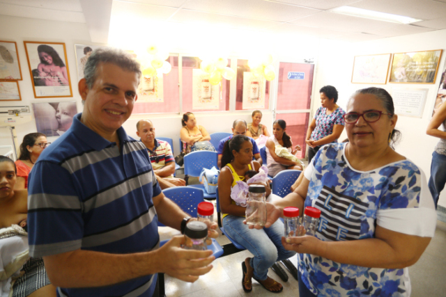 Sônia Delgado e Glauco Rodrigues juntam potes de vidro para doação há seis anos, na igreja que frequentam. Crédito: Peu Ricardo/DP (Peu Ricardo/DP)