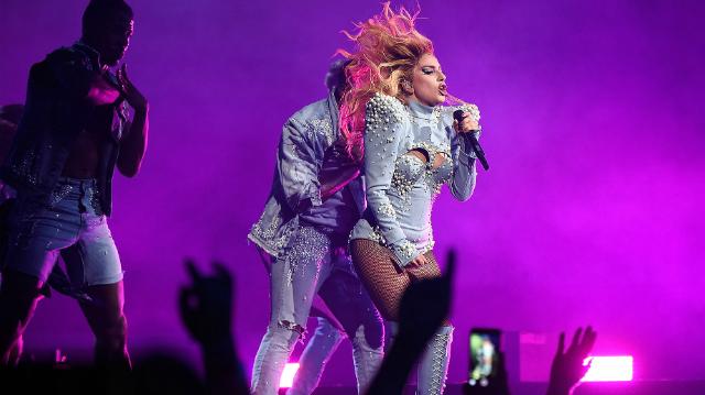 Lady Gaga em sua nova turnê. Foto: Kevin Mazur/Reprodução