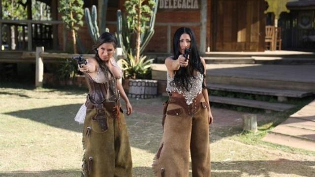No clipe Regime Fechado, a dupla é procurada viva ou morta na cidade cenográfica. Foto: Universal Music/ Divulgação