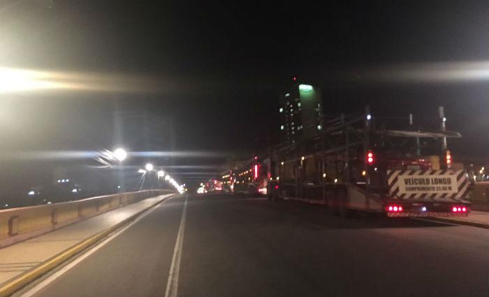 Na madrugada desta quinta-feira, alguns veículos começaram a deixar o centro do Recife. Foto: Érica de Paula/ DP