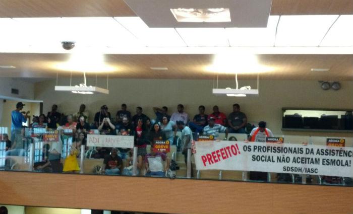 Em greve, servidores municipais ocupam o plenário da Câmara. Foto: Sindsepre/ Divulgação