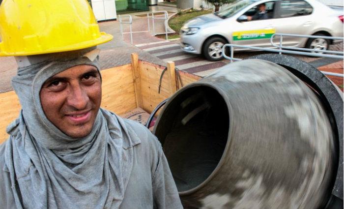 """Uílton Santos consegiu vaga na construção civil: """"A situação está melhorando de pouquinho em pouquinho"""". Foto: Arthur Menescal/Esp CB"""