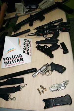 PM apreendeu armas de fogo e simulacros, além de cacetetes, bombas, algemas e uma faca. Foto: PM/Divulgação