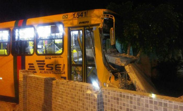 Tentativa de assalto a ônibus termina em acidente e deixa feridos. Foto: Reprodução/ WhatsApp