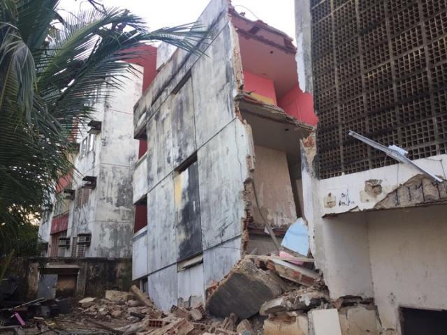 Edifício foi interditado há 15 anos - Foto: Anamaria Melo/DP