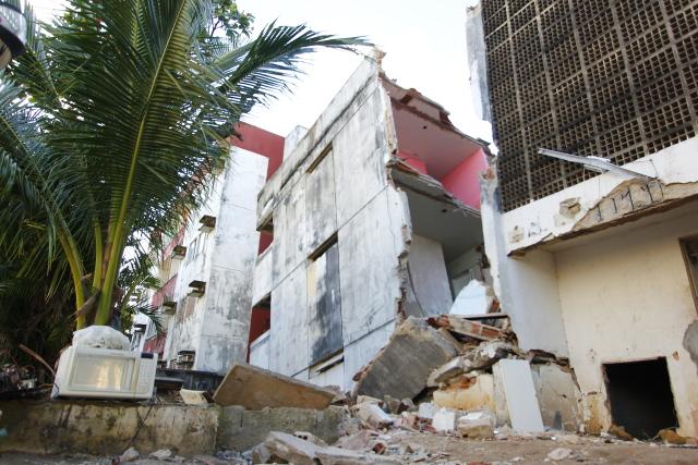 O edifício, que por causa dos danos, ficou escorado em um prédio vizinho, foi isolado para realização de perícia. Foto: Shilton Araújo/Esp.DP.