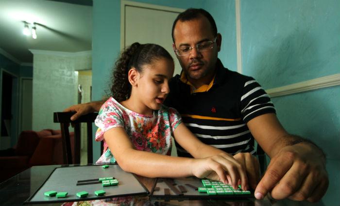 Relação entre Joelmir e a filha Eyshila tem no toque um elemento de comunicação especial. Foto: Paulo Paiva/DP