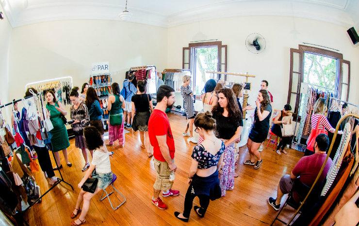 """""""É preciso repensar toda a cadeia de moda, da produção ao consumo"""", acredita Carolina, criadora d'O Cluster. Foto: Renan Lima/Divulgação"""