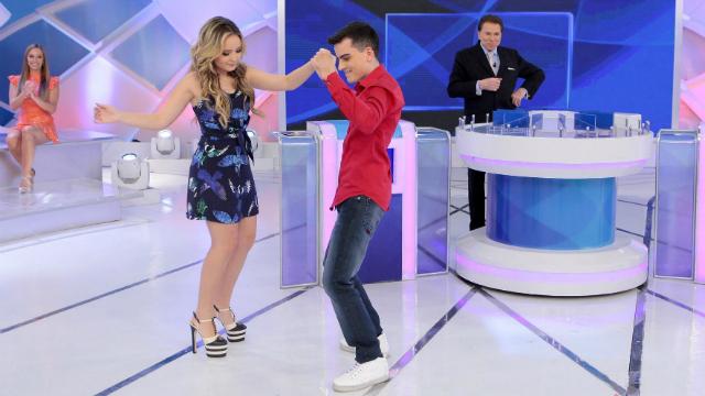 Larissa e Dudu chegaram a dançar juntos durante o quadro Jogo dos pontinhos. Foto: SBT/Divulgação