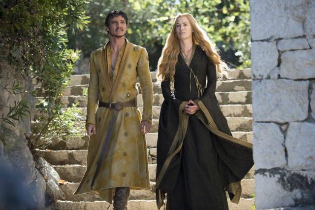 Os trajes de Cersei são enriquecidos com bordados em prata e ouro, muitas vezes em forma de spikes ou detalhes 'bélicos'. Foto: HBO/Divulgação