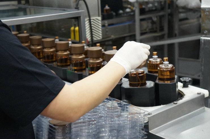 """Farmacêuticos, bioquímicos, engenheiros químicos e biólogos trabalham na fabricação dos perfumes, além dos """"olheiros"""" que ditam tendências de moda para criar novas fragrâncias. Foto: Larissa Lins/DP"""