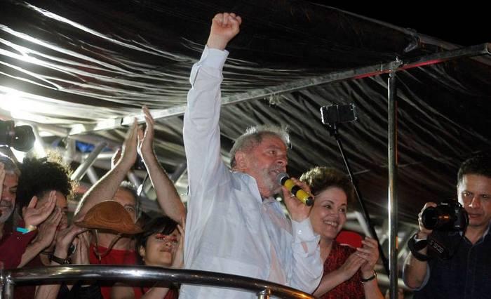 (Segundo os organizadores, 30 mil pessoas estiveram presentes na Praça do Carmo para ver Lula e Dilma. Foto: Ricardo Fernandesl/DP)