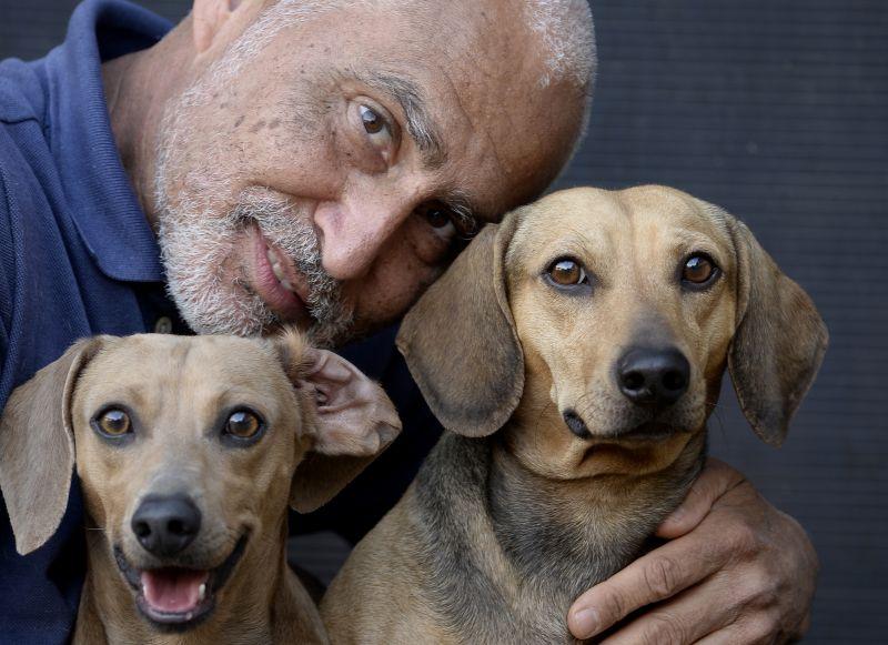 Ivaldo Aguiar acredita que valeria a pena pagar caro para tratar os cães: remédio pode ultrapassar R$ 1 mil. Foto: Carlos Vieira/CB