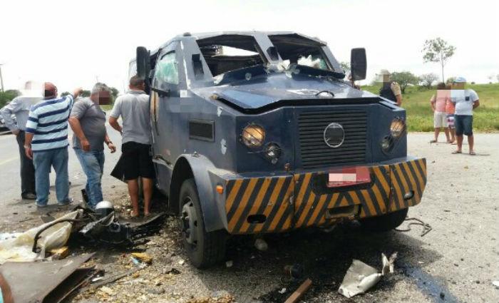 Carro-forte tem cofre explodido na BR-428, em São Caetano. Foto: PRF/ Divulgação