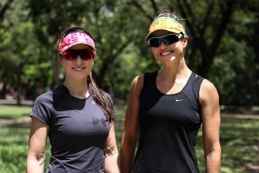 As triatletas Raquel e Rosinha desenvolveram viseiras que ajudam na retenção de suor e oferecem praticidade na hora da disputa. Foto: Marlon Diego/Esp.DP