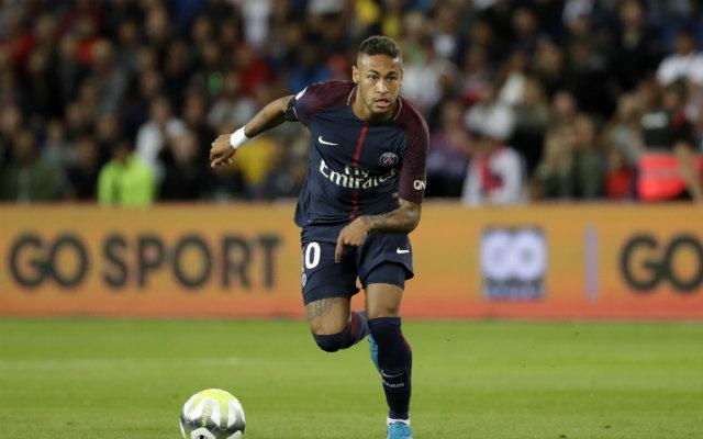 Neymar segurou a taça das Champions League em 2015, quando jogava no Barcelona. Foto: Thomas Samson/AFP