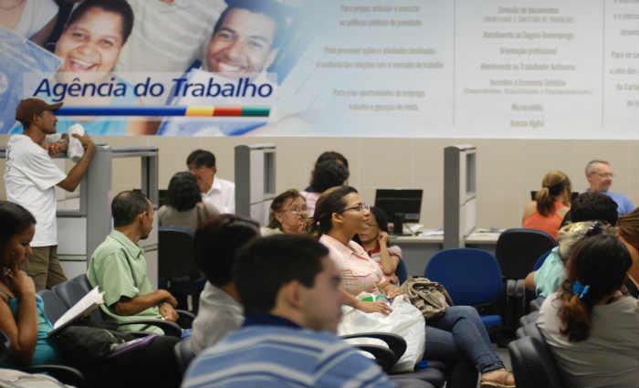 Os interessados em concorrer às vagas devem comparecer ao local da oferta. Foto: Marcelo Soares/Arquivo DP