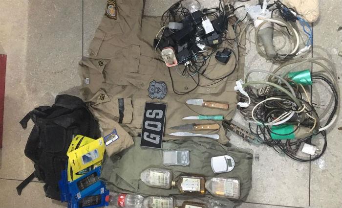 Fardamento completo da PM é encontrado em vistoria no Presídio Frei Damião de Bozzano. Foto: Seres/ Divulgação