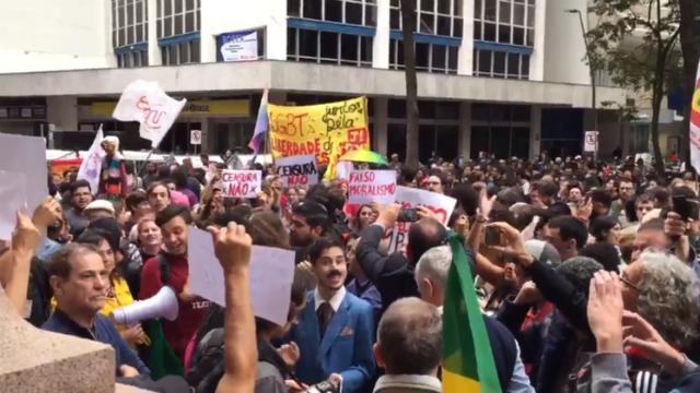 Manifestantes se reuniram em frente ao espaço cultural, em Porto Alegre. Foto: Twitter/Reprodução