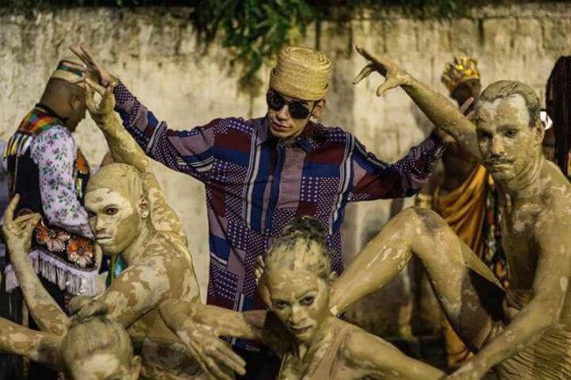 Integrantes da quadrilha sobem ao palco com o o mesmo figurino. Fotos: Junina Evolução/Divulgação