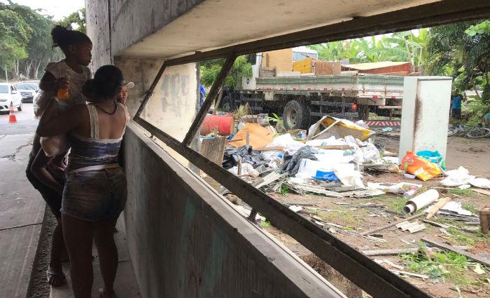 Retirada dos moradores começou a ser feita esta manhã. Foto: Julio Jacobina/ DP
