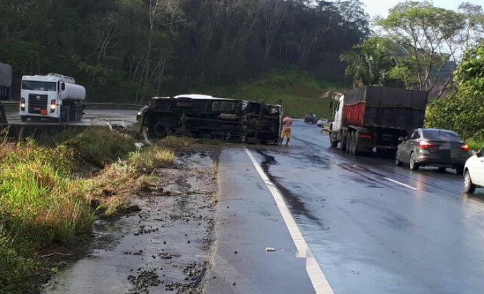 Caminhão tomba na BR-101, em Goiana . Foto: PRF/ Divulgação