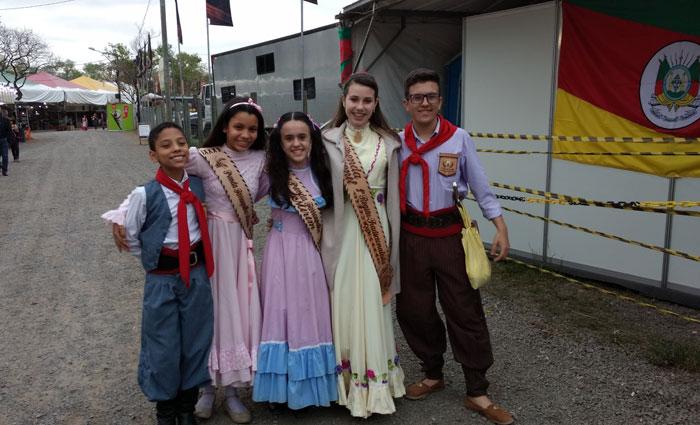 Crianças se vestem como manda a tradição: meninas com saias longas e rodadas e meninos com bombachas. Foto: Rosália Rangel/DP