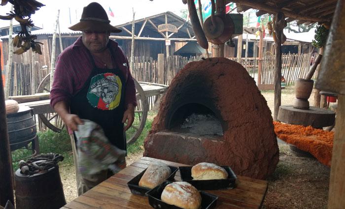Produtos autênticos da cultura gaúcha são fabricados no acampamento. Foto: Rosália Rangel/DP