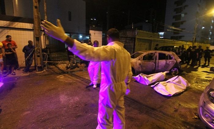 Dois homens, ainda não identificados que estavam no veículo, morreram carbonizados. Foto: Nando Chiappetta