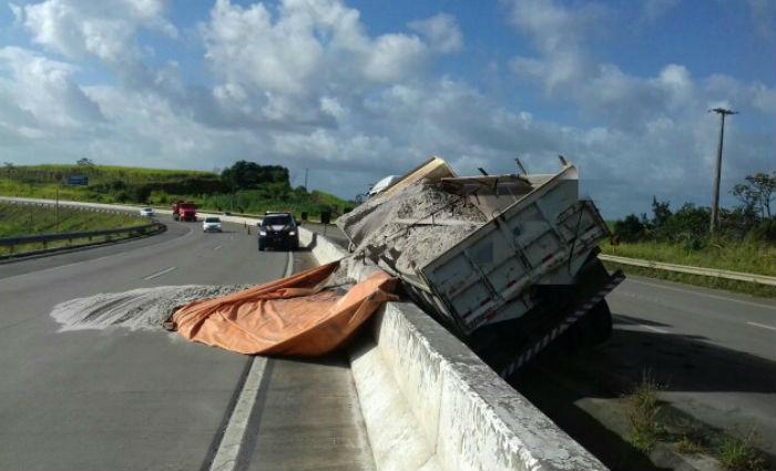 Caminhão carregado com areia tomba BR- 101, em Igarassu . Foto: PRF/ Divulgação