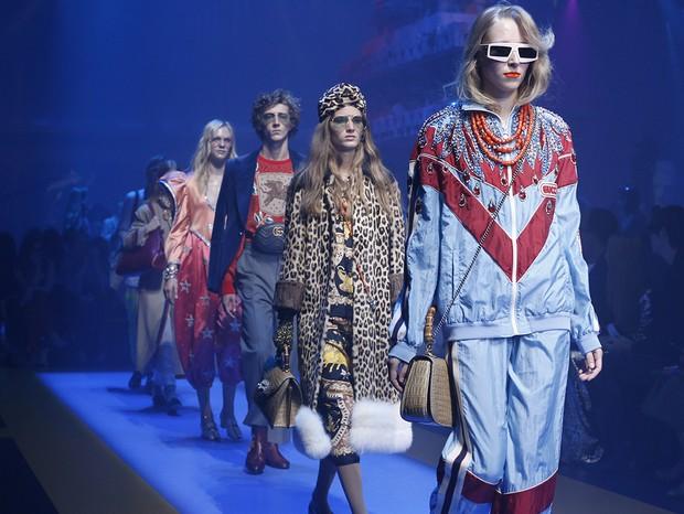 Alguns looks são uma homenagem a David Bowie e seus brilhos. Foto: Semana de Moda de Milão/Divulgação