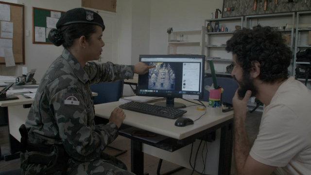 Ao lado de uma militar, Marcelo Pedroso observa a atuação dos policiais.