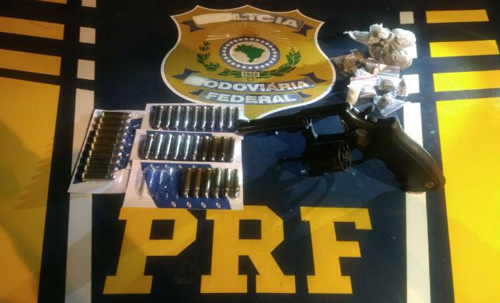 PRF prende dupla com arma, munições e drogas no Sertão de Pernambuco. Foto: PRF/ Divulgação