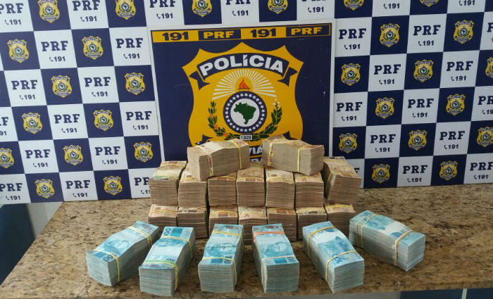 PRF apreende R$ 700 mil em dinheiro na mala do sindicalista. Foto: PRF/ Divulgação