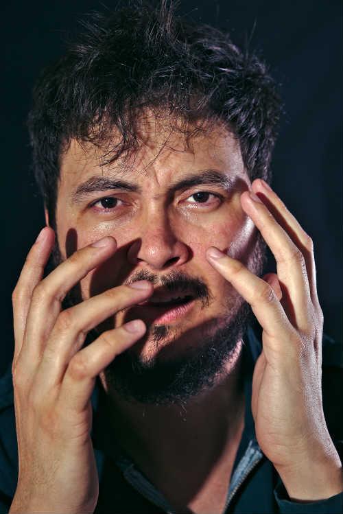 Ator, escritor e dramaturgo Cleyton Cabral estreia o monólogo Solo de Guerra no dia 14 de outubro, às 20h, no Espaço O Poste. Foto: Ricardo Maciel/Divulgação