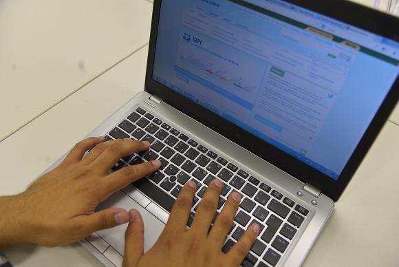 Para saber se teve a declaração liberada, o contribuinte deverá acessar a página da Receita na Internet, ou ligar para o Receitafone 146. Foto: Marcello Casal Jr./Agência Brasil