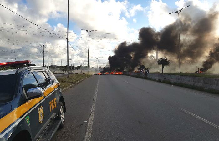 Interdição acontece no Km 98 da BR-101. Foto: PRF/Divulgação (Interdição acontece no Km 98 da BR-101. Foto: PRF/Divulgação)